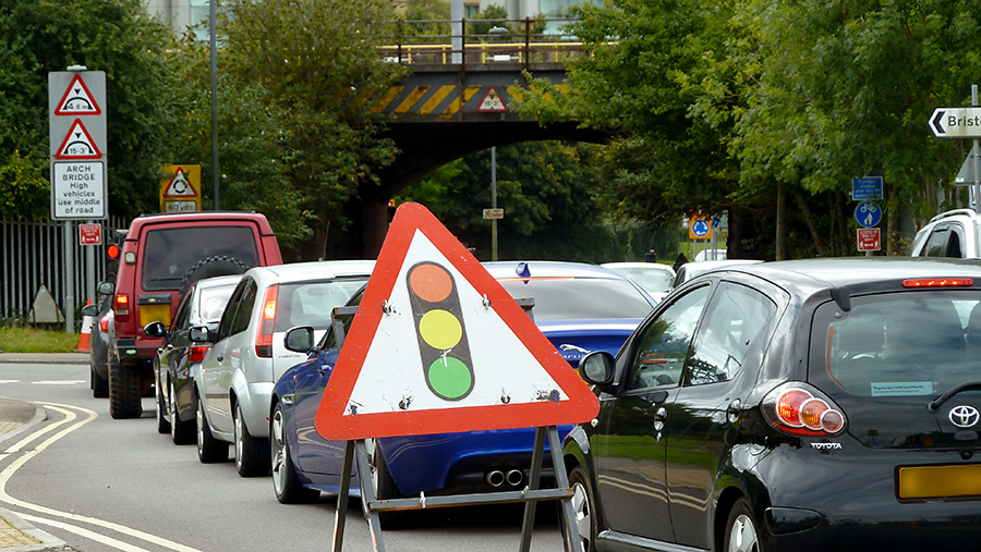 Photo showing traffic congestion caused the temporary traffic signals.